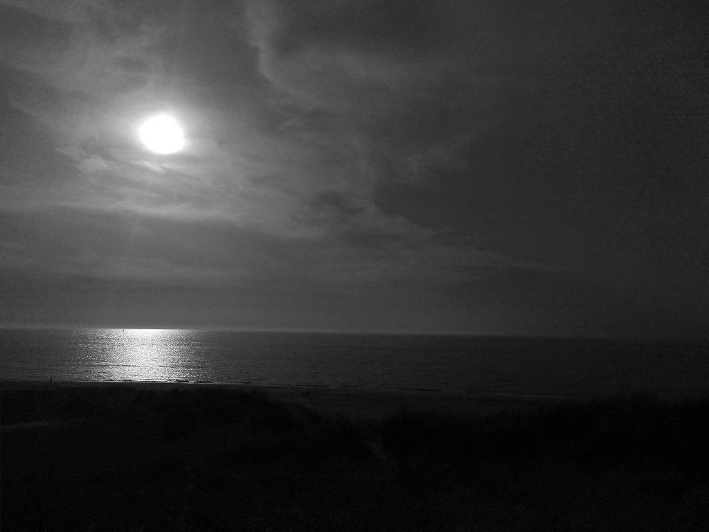 zwart-witte zon aan de zee